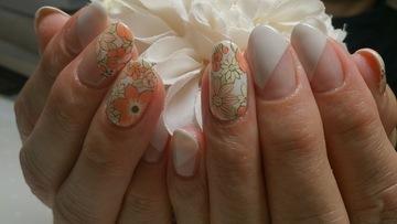 北欧テイストの花柄ネイル
